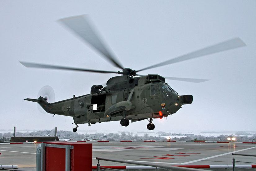 Keine Rettungs-Lackierung mehr: Sea King der Marine. Hier ein Testanflug auf den Dachlandeplatz vom Westküstenklinikum