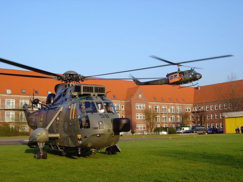 Sea King-SAR-Hubschrauber von Marine (am Boden) und sein Pendant von der Luftwaffe, die Bell UH-1D
